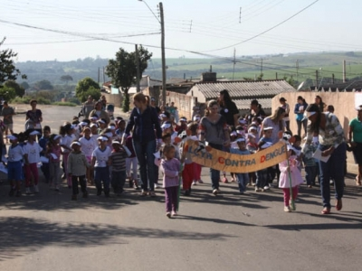 Escolas realizam parada contra a Dengue pelas ruas do Panorama